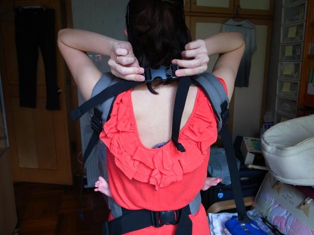 並把連繫兩邊的肩背帶扣好,再調整好BB坐姿